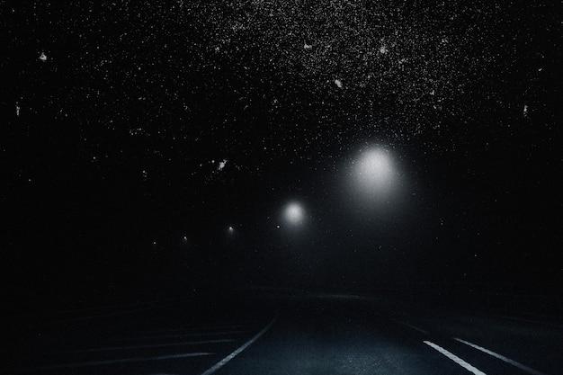 Fundo estético do céu estrelado com mídia remixada da estrada