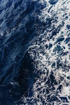 Fundo estrutural. ondas azuis do mar