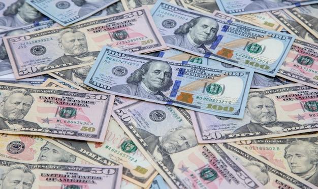 Fundo feito de notas de dólar.