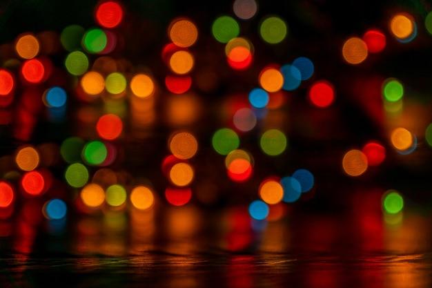 Fundo festivo bokeh multicolorido. luzes desfocadas de guirlanda de led. copie o espaço.