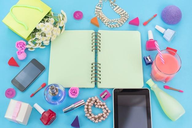Fundo festivo cartaz flor pérola jóias l tablet cosméticos batom unhas perfume