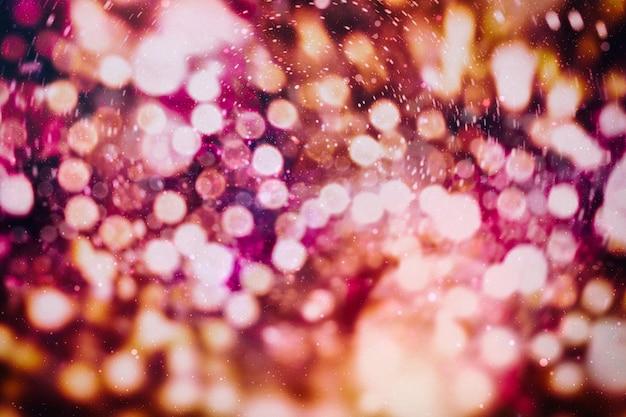 Fundo festivo com bokeh natural e luzes douradas. fundo mágico vintage com bokeh colorido. fundo de festa discoteca primavera verão natal ano novo.