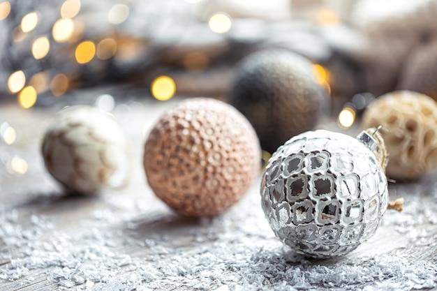Fundo festivo com bolas de natal e luzes desfocadas bokeh