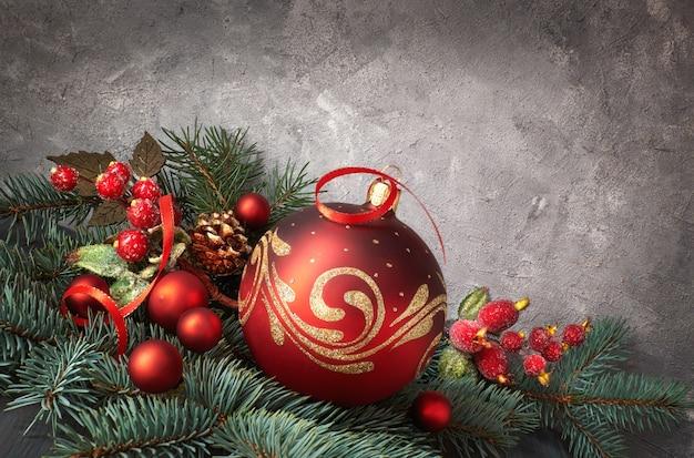 Fundo festivo com galhos de árvore de natal decorada com enfeites vermelhos e galhos de pinheiro