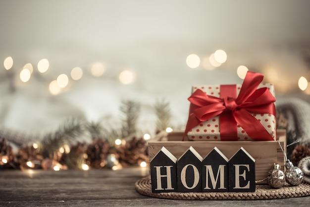 Fundo festivo com luzes com a inscrição em casa