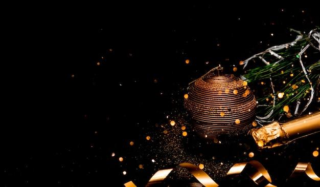 Fundo festivo de ano novo com bola de natal