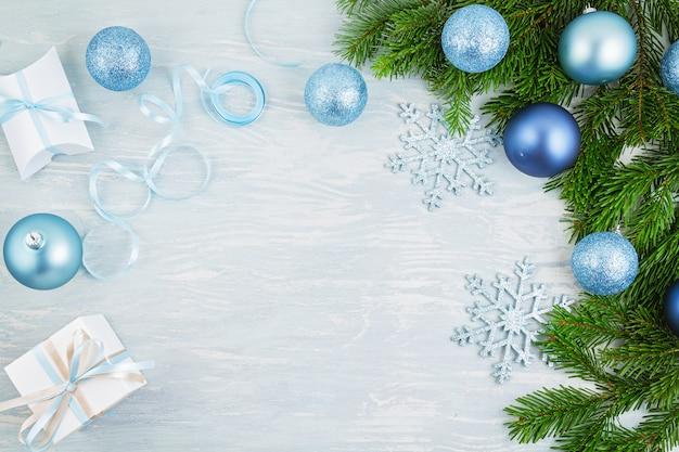 Fundo festivo de natal com decoração e presentes de natal azul e prata