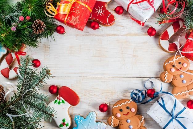 Fundo festivo de natal, com galhos de árvores de natal, pinhas, decorações, presentes de natal e priánik