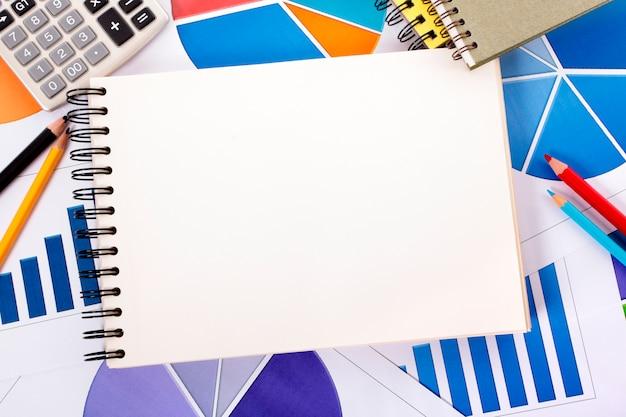 Fundo financeiro com o caderno espiral