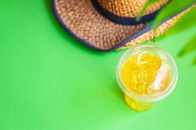 Fundo folha tropical palma limonada refrescante gelo bebida chapéu de palha óculos de sol férias de verão