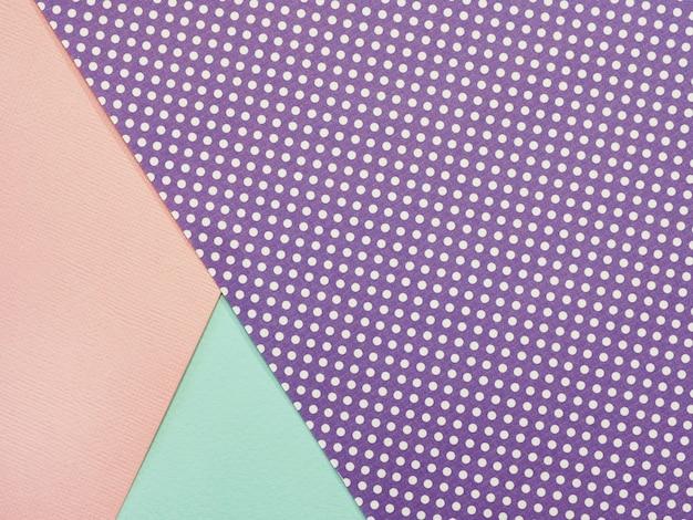 Fundo geométrico abstrato de folhas de papel aquarela rosa amarela e roxa polka dot