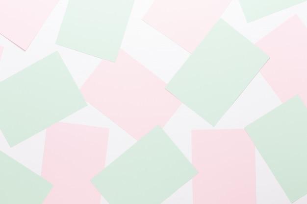 Fundo geométrico abstrato em tons pastéis de folhas de papel grosso pálido.