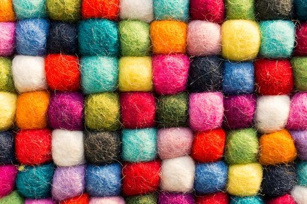Fundo geométrico com bolas de lã sintética colorida