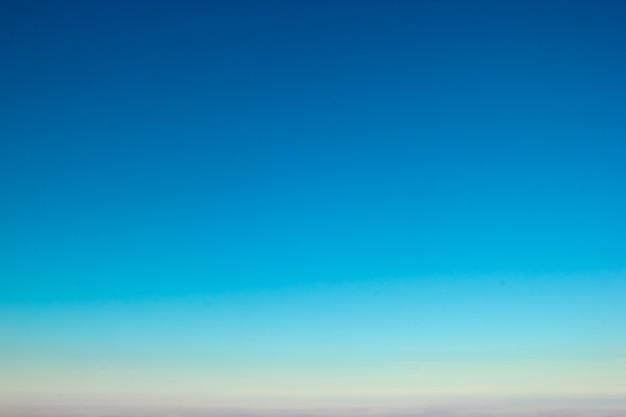 Fundo gradiente do céu do sol de cores claras do aqua azul incrível.