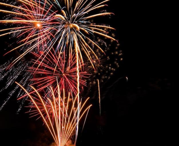 Fundo grande de fogos de artifício com espaço de cópia para a celebração do ano novo ou evento especial do feriado