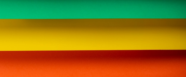 Fundo horizontal colorido de material de papel dobrado. vista superior, configuração plana. bandeira.