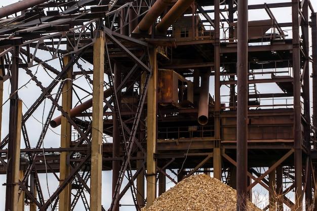 Fundo industrial com estruturas de metal enferrujadas - antigo separador estacionário de areia e cascalho