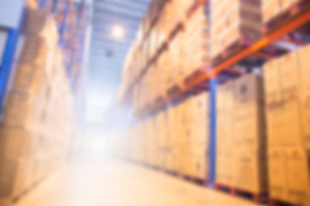 Fundo industrial e de logística. armazém borrado e armazenamento alto das prateleiras.