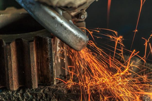 Fundo industrial, indústria, faíscas da máquina de moedura na oficina.