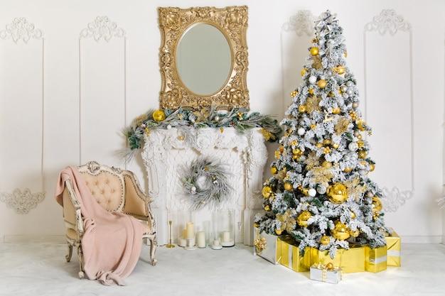 Fundo interior clássico de natal com lareira artificial e árvore de ano novo decorada para o feriado