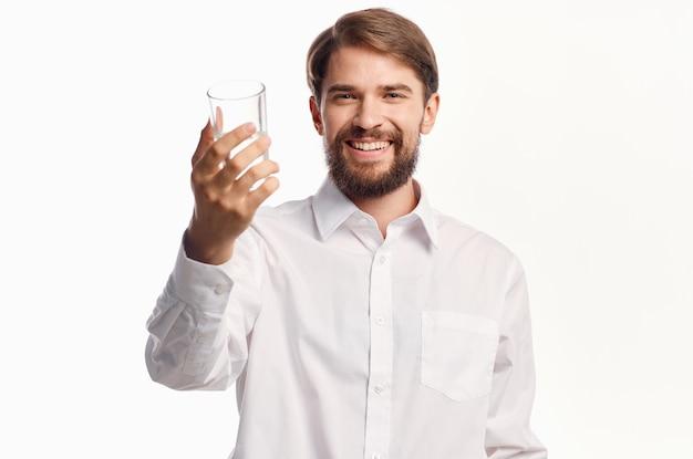Fundo isolado de água pura de cuidados de saúde de homem barbudo