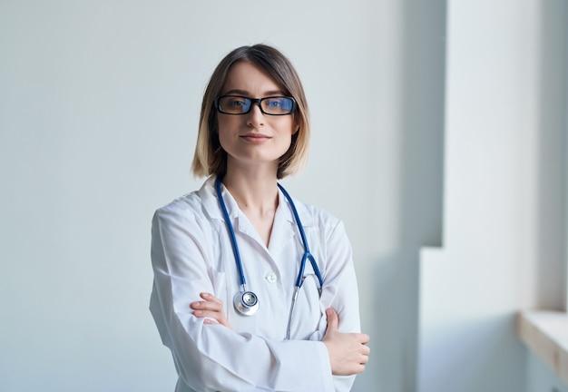Fundo isolado de cuidados de saúde de exame de paciente cardiologista. foto de alta qualidade