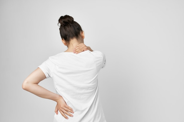Fundo isolado de desconforto de síndrome dolorosa de mulher