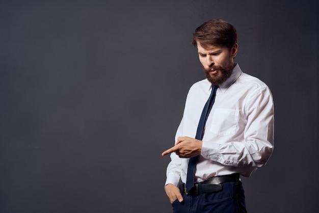 Fundo isolado de gestos de mãos em emoções de empresários