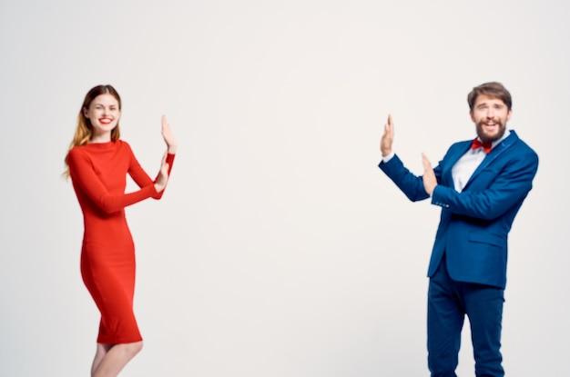 Fundo isolado de moda de comunicação de homem e mulher