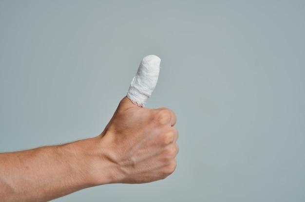 Fundo isolado de problemas de saúde de tratamento de lesão de mão paciente masculino. foto de alta qualidade