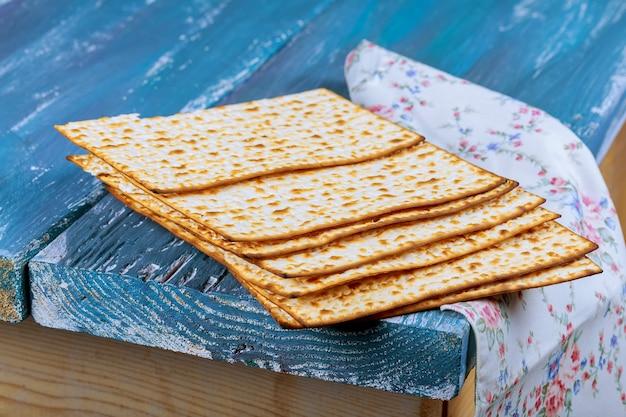 Fundo judaico da páscoa judaica do feriado com o matzoh na placa de madeira velha do vintage.