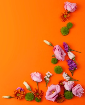 Fundo laranja com lindas flores