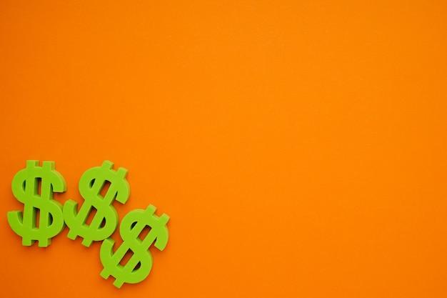 Fundo laranja com símbolos de dólar, sinal de dinheiro