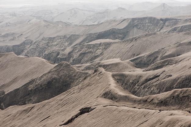 Fundo layar da montanha borrada na montanha bromo, indonésia.