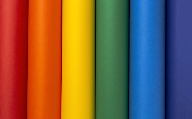 Fundo lgbt com papelão colorido arco-íris de cima. postura plana.