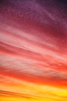 Fundo lindo pôr do sol ou nascer do sol. céu vermelho laranja multicolorido com nuvens