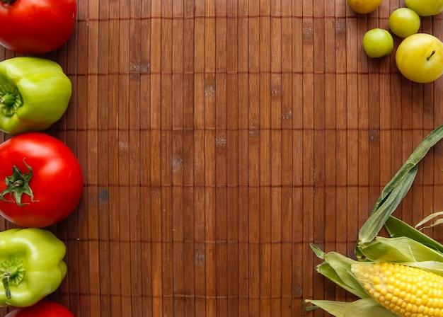 Fundo liso da configuração de legumes frescos. quadro de legumes. legumes na bandeja de madeira.