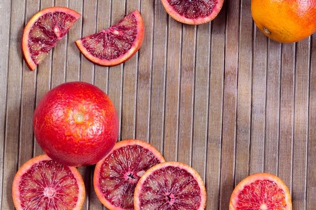 Fundo listrado de madeira de laranjas da sicília cortadas