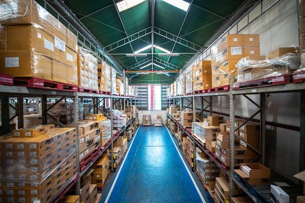 Fundo logístico do armazém objetos isométricos caixas humanas trabalhadores vetor eps e clip-art simples estilo plano para infográficos