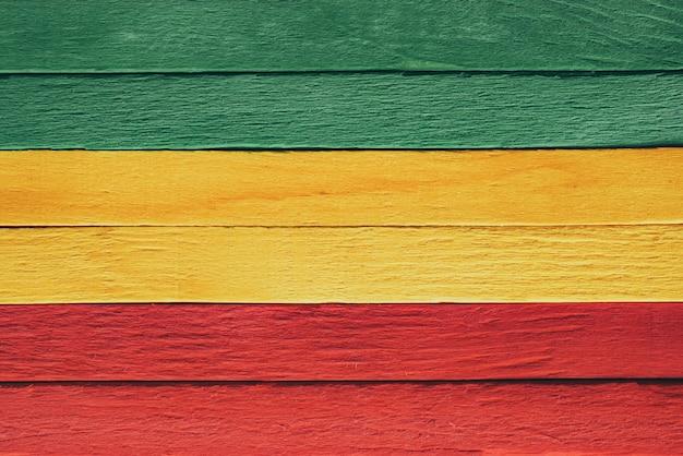 Fundo madeira verde, amarelo, vermelho velho estilo vintage retrô, bandeira do rasta reggae