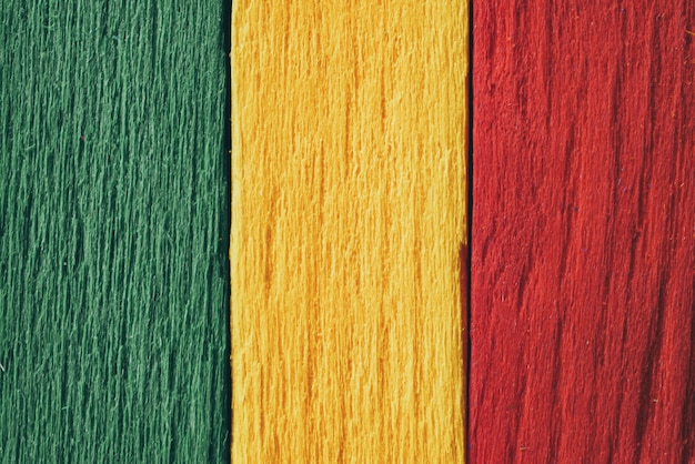 Fundo madeira verde, amarelo, vermelho velho estilo vintage retrô