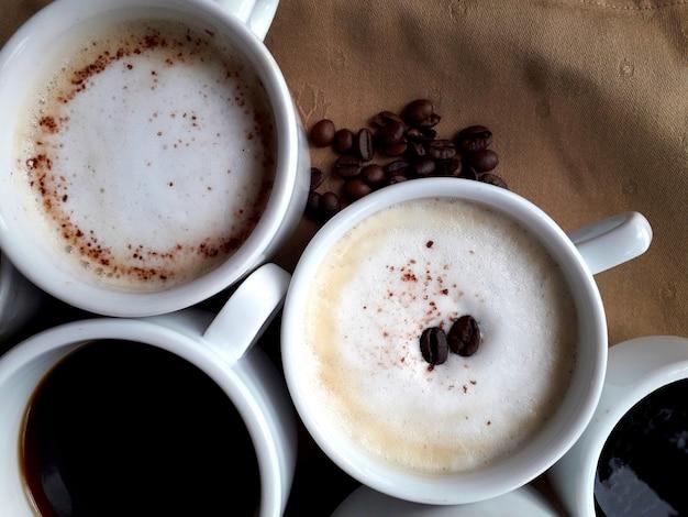 Fundo marrom com algumas xícaras de café