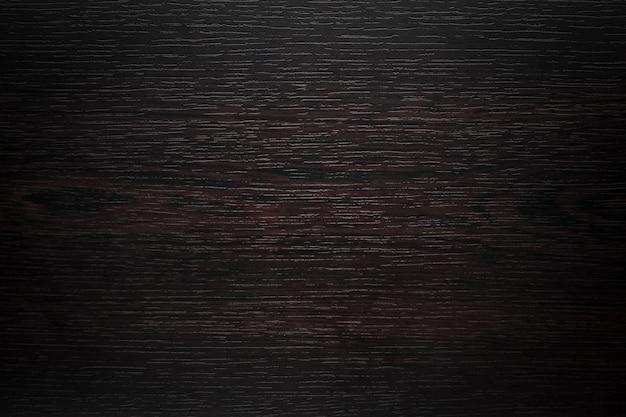 Fundo marrom escuro.