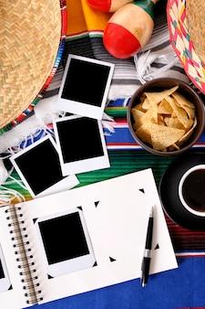 Fundo mexicano com álbum de fotos e fotos em branco