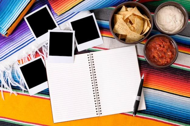 Fundo mexicano com álbum de fotos