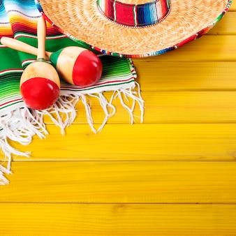 Fundo mexicano de cinco de maio com chapéu tradicional e maraca, formato quadrado