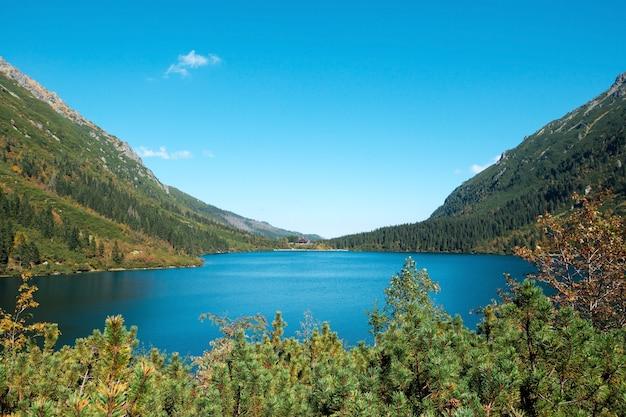 Fundo natural do lago da montanha com águas claras durante a primavera