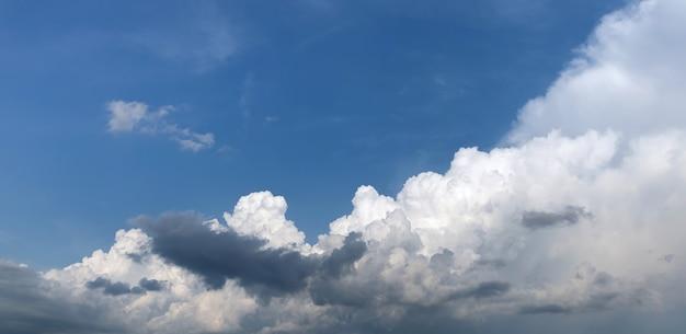 Fundo natural e textura. lindas nuvens brancas no céu azul em um dia ensolarado