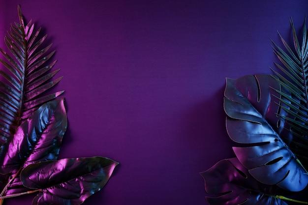 Fundo noturno contemporâneo e surrealista iluminado com espaço de cópia e palmeiras tropicais em um estilo retro vibrante