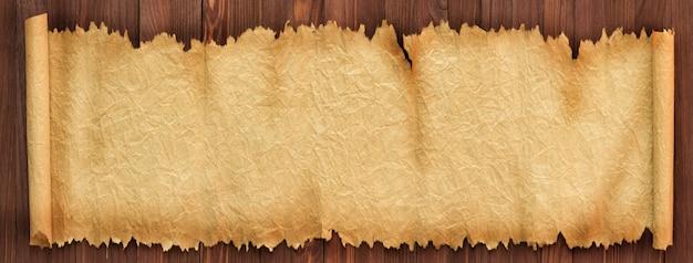 Fundo panorâmico de papel velho. rolagem desdobrada em cima da mesa